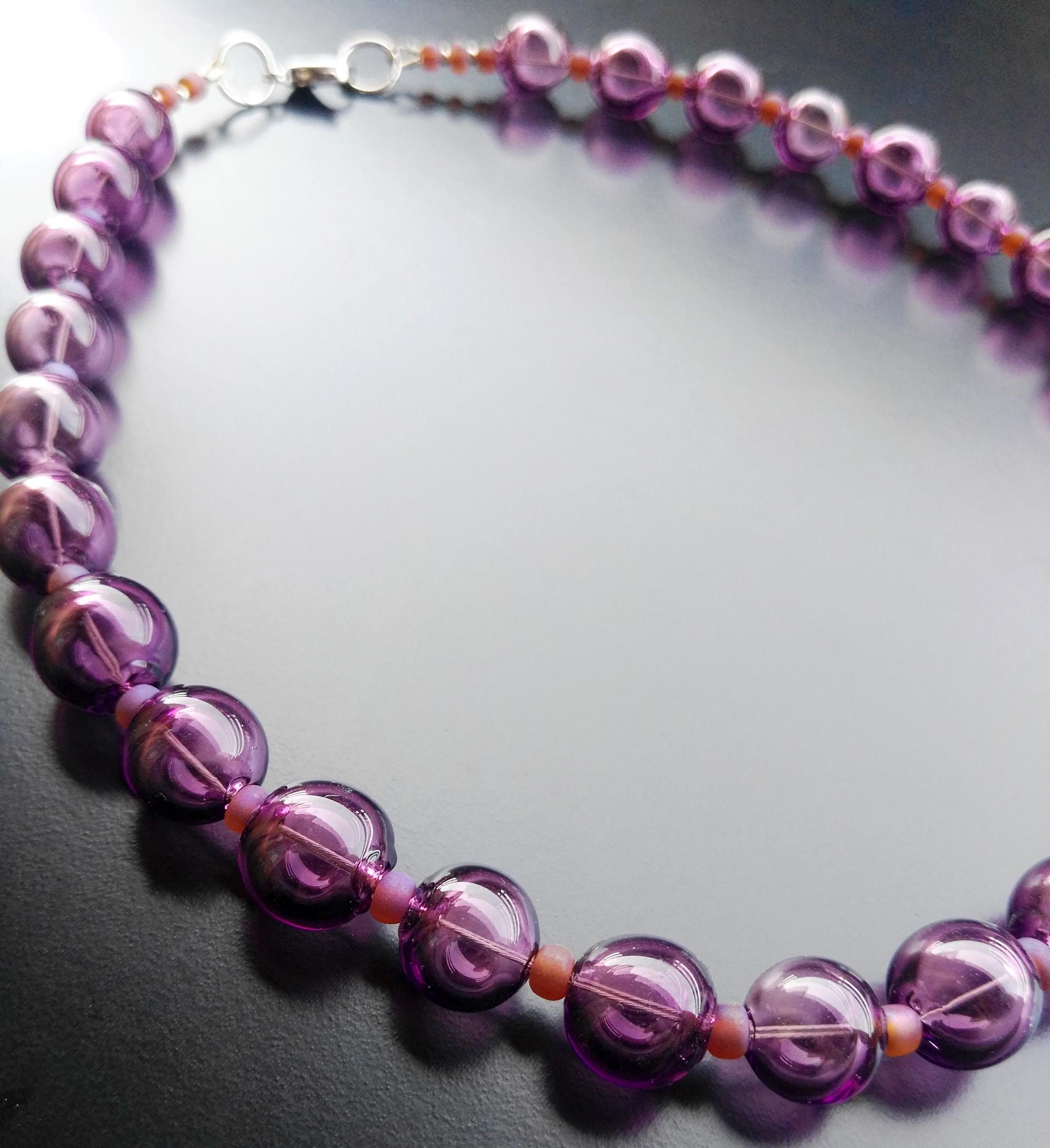 collana-con-perle-in-vetro-soffiato-ametista-di-Alessia-Fuga