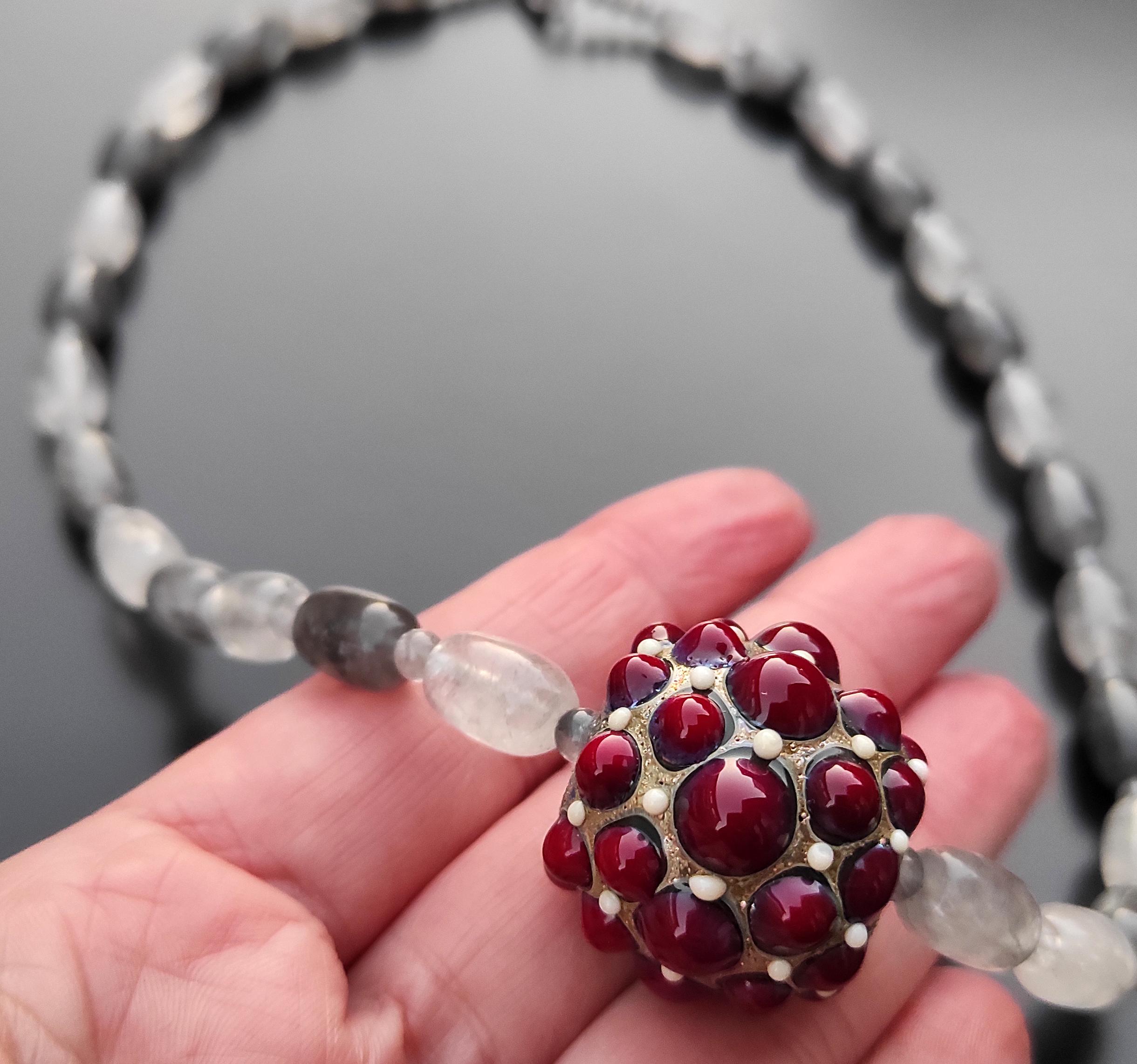 Foto per comparazione della misura perquarzo-grigio-e-perla-in-vetro-di-Murano-rosso-scale